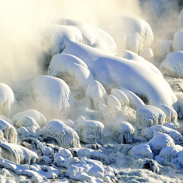 נוף עוצר נשימה גם בחורף | מפלי הניאגרה קפואים