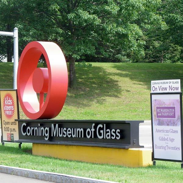 שלט הכניסה מוזיאון הזכוכית בקורנינג | טיול מאורגן למפלי הניאגרה לדוברי עברית