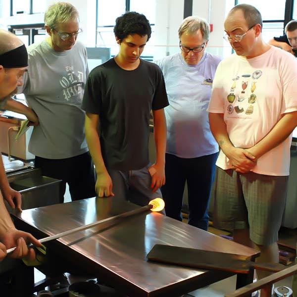 מופע ניפוח זכוכית מוזיאון הזכוכית בקורנינג | טיול מאורגן למפלי הניאגרה לדוברי עברית