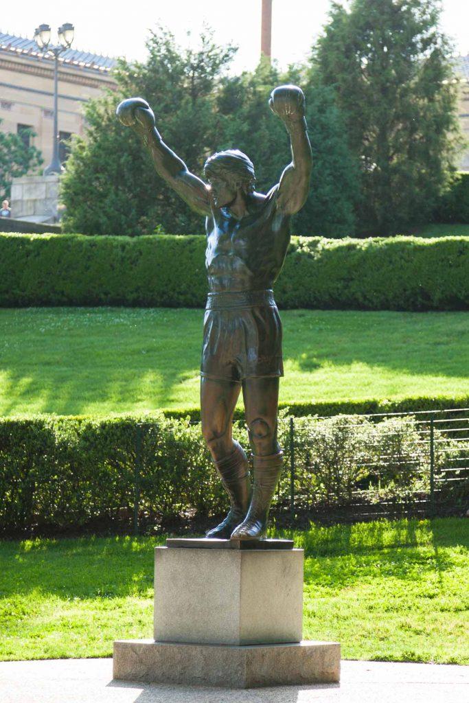פסל רוקי בלבואה מניף ידיים לשמיים | טיולים מאורגנים לפילדלפיה